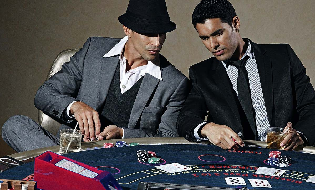 2 men playing poker